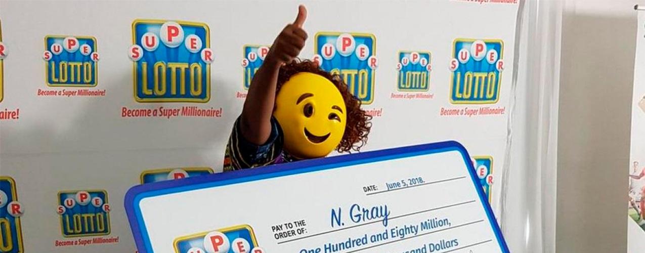 Gana 1,4 millones $ en la lotería y recoge el premio un emoji!