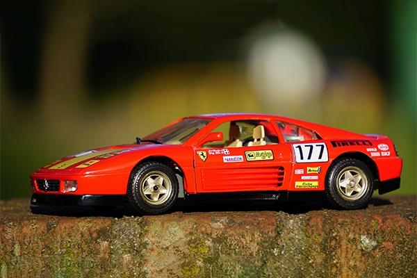Su hijo le pide un Ferrari