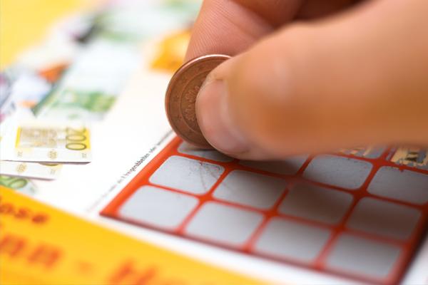 Compra su cuarto billete de lotería y gana $500,000 dólares