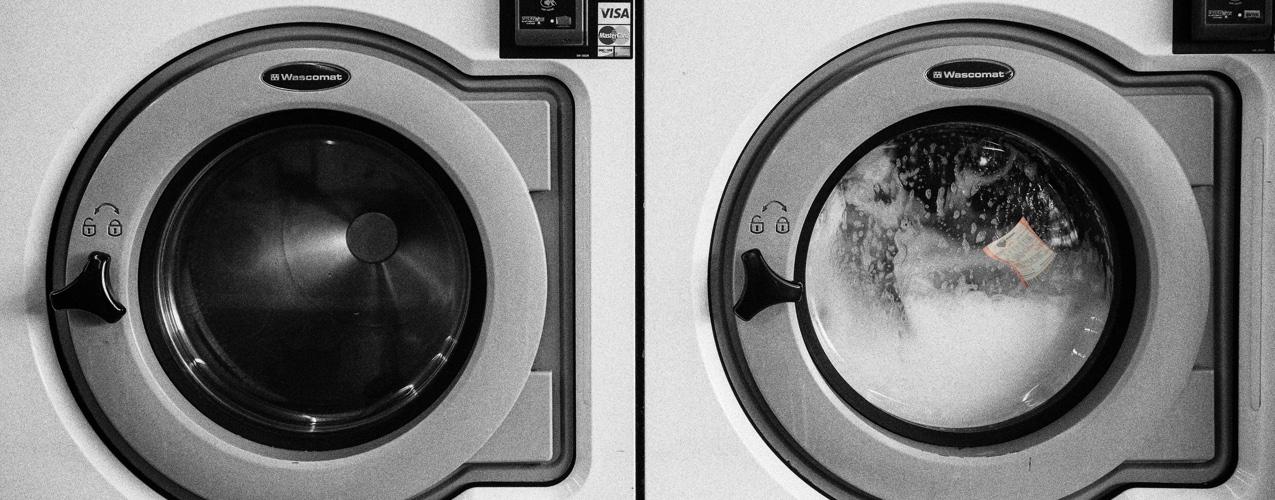 Lava su ropa junto con su boleto de lotería