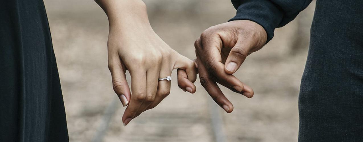 Los enamorados que están juntos a pesar del COVID