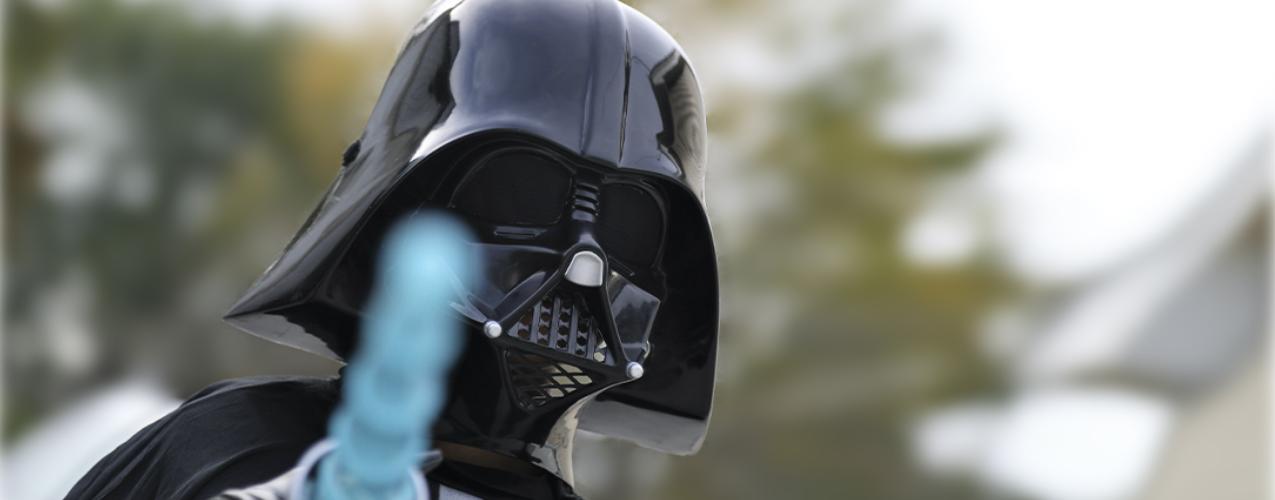 Gana un premio a la lotería y lo va a cobrar disfrazado de Darth Vader